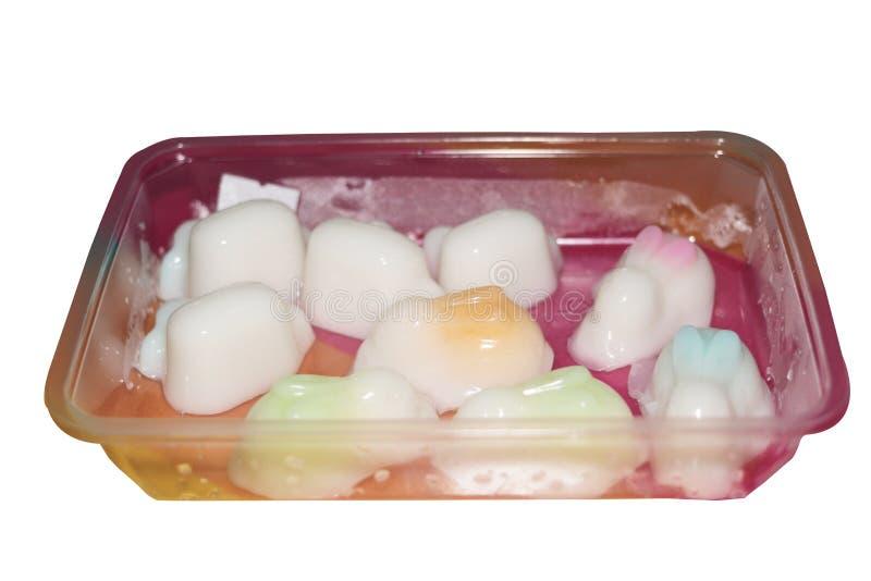 Άσπρη ζελατίνα καρύδων στη μορφή παπιών στην πλαστική συσκευασία στο απομονωμένο άσπρο υπόβαθρο στοκ φωτογραφίες με δικαίωμα ελεύθερης χρήσης