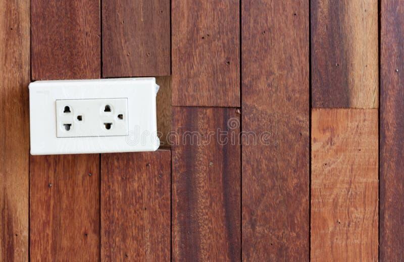 Άσπρη ηλεκτρική έξοδος στον ξύλινο τοίχο σύστασης, στοκ φωτογραφίες με δικαίωμα ελεύθερης χρήσης