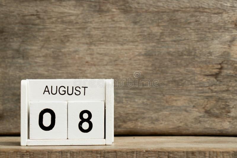 Άσπρη ημερολογιακή ημερομηνία 8 φραγμών και μήνας Αύγουστος στο ξύλινο υπόβαθρο στοκ φωτογραφία