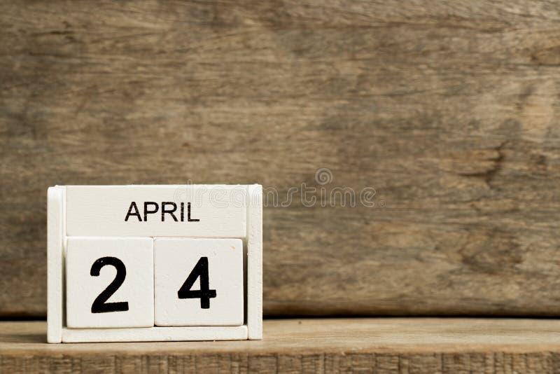 Άσπρη ημερολογιακή παρούσα ημερομηνία 24 φραγμών και μήνας Απρίλιος στο ξύλινο υπόβαθρο στοκ φωτογραφία με δικαίωμα ελεύθερης χρήσης