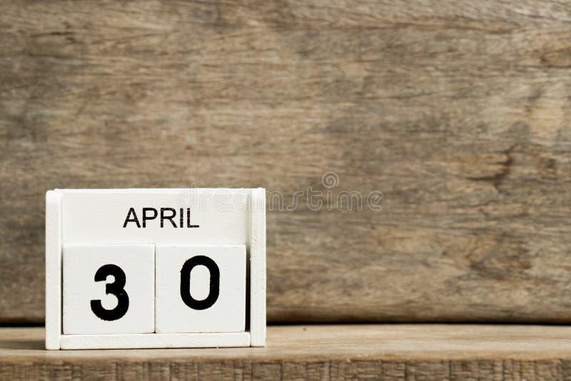 Άσπρη ημερολογιακή παρούσα ημερομηνία 30 φραγμών και μήνας Απρίλιος στο ξύλινο υπόβαθρο στοκ εικόνα με δικαίωμα ελεύθερης χρήσης