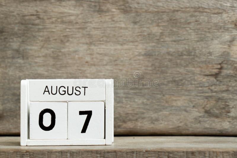 Άσπρη ημερολογιακή παρούσα ημερομηνία 7 φραγμών και μήνας Αύγουστος στο ξύλινο υπόβαθρο στοκ εικόνα με δικαίωμα ελεύθερης χρήσης