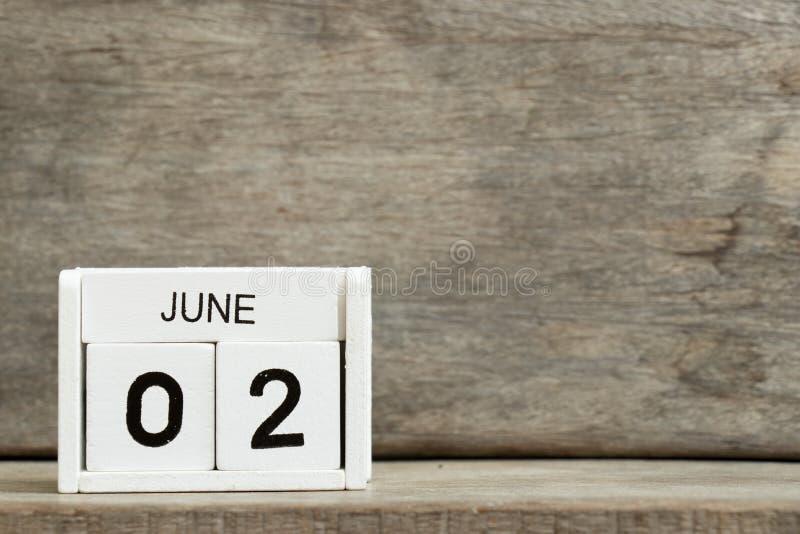 Άσπρη ημερολογιακή παρούσα ημερομηνία 2 φραγμών και μήνας Ιούνιος στο ξύλινο υπόβαθρο στοκ φωτογραφία με δικαίωμα ελεύθερης χρήσης