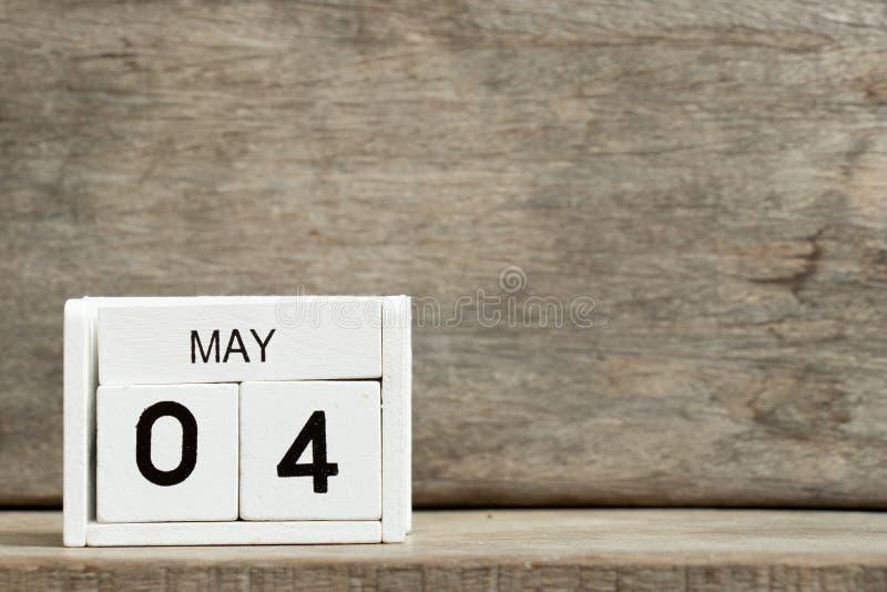 Άσπρη ημερολογιακή παρούσα ημερομηνία 4 φραγμών και μήνας Μάιος στο ξύλινο υπόβαθρο στοκ φωτογραφία με δικαίωμα ελεύθερης χρήσης