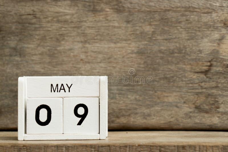 Άσπρη ημερολογιακή παρούσα ημερομηνία 9 φραγμών και μήνας Μάιος στο ξύλινο υπόβαθρο στοκ φωτογραφία με δικαίωμα ελεύθερης χρήσης