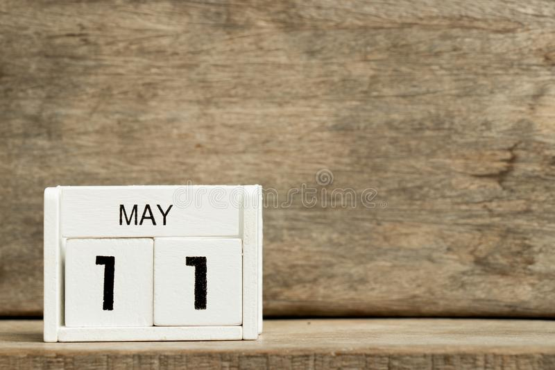 Άσπρη ημερολογιακή παρούσα ημερομηνία 11 φραγμών και μήνας Μάιος στο ξύλινο υπόβαθρο στοκ εικόνα με δικαίωμα ελεύθερης χρήσης