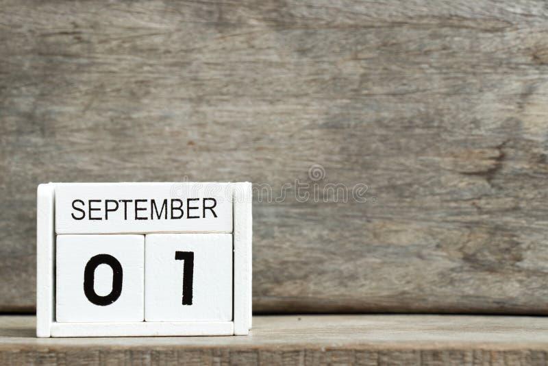 Άσπρη ημερολογιακή παρούσα ημερομηνία 1 φραγμών και μήνας Σεπτέμβριος στο ξύλινο υπόβαθρο στοκ φωτογραφίες