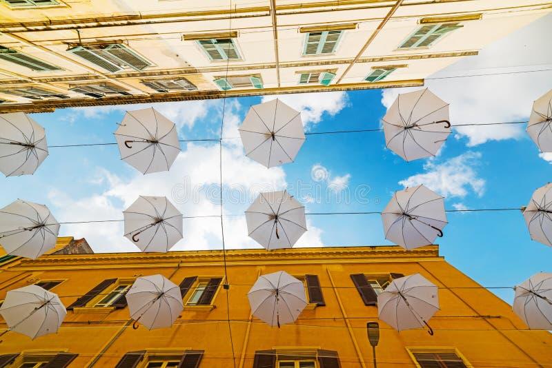 Άσπρη διακόσμηση ομπρελών σε Sassari στοκ εικόνες