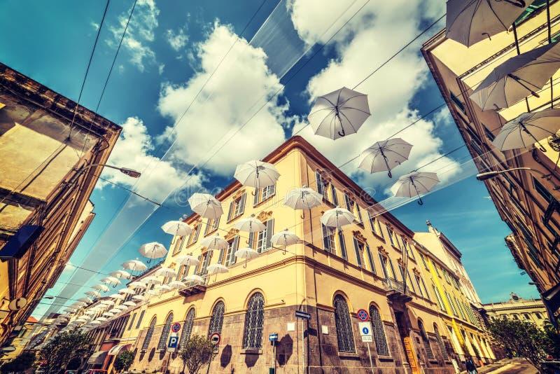Άσπρη διακόσμηση ομπρελών σε Sassari στοκ φωτογραφία