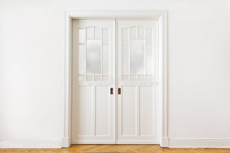 Άσπρη διπλή ολίσθηση πορτών τοίχων στοκ φωτογραφία