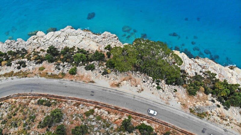 _ Άσπρη κίνηση αυτοκινήτων από το μεσογειακό δρόμο ασφάλτου Οδήγηση οχημάτων με το όμορφο τοπίο θάλασσας r στοκ φωτογραφία με δικαίωμα ελεύθερης χρήσης