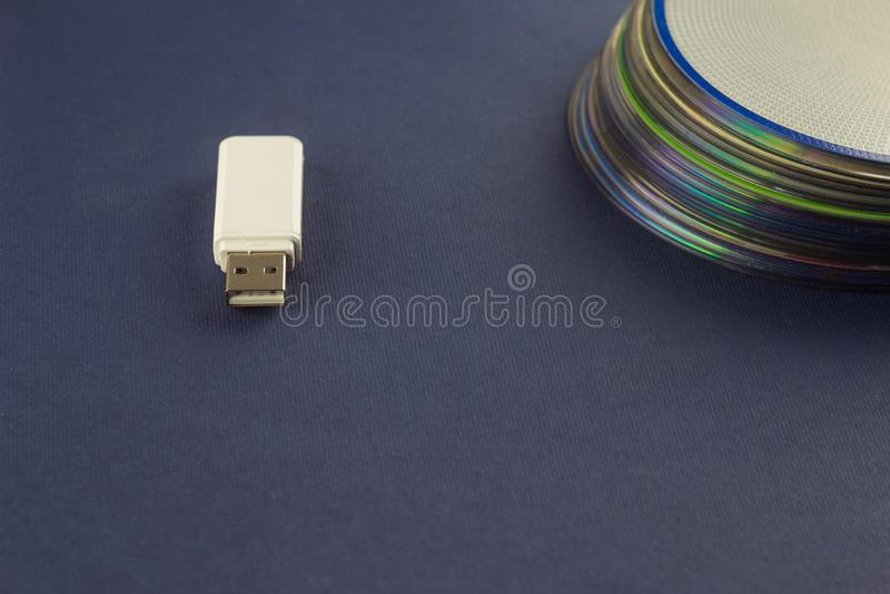 Άσπρη κίνηση λάμψης και ένας σωρός του CD, DVD, του υπολογιστή, της άσπρης κίνησης λάμψης και ενός σωρού του CD, DVD, υπολογιστής στοκ φωτογραφία με δικαίωμα ελεύθερης χρήσης