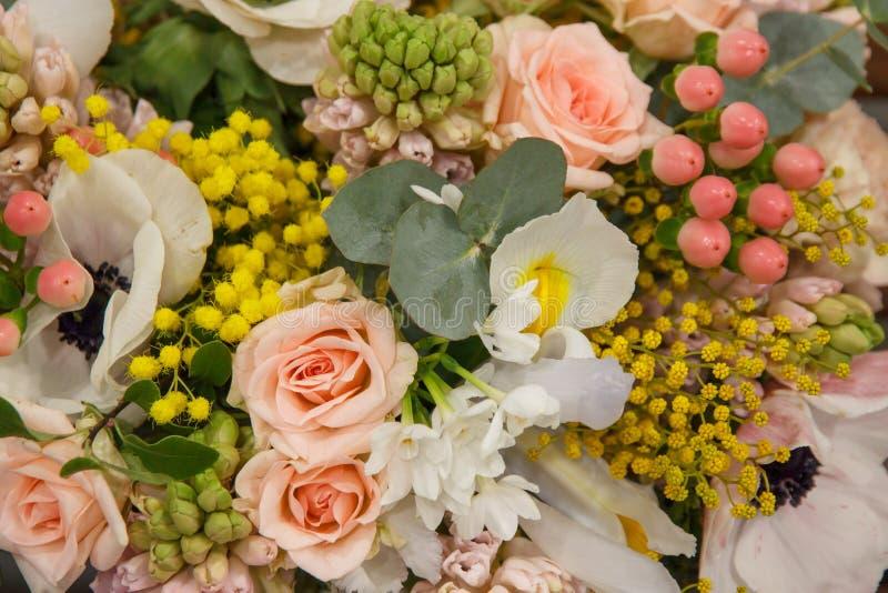Άσπρη κίτρινη ρόδινη ανθοδέσμη με τη διαφορετική κινηματογράφηση σε πρώτο πλάνο λουλουδιών τα λουλούδια εμβλημάτων ανασκόπησης δι στοκ φωτογραφία