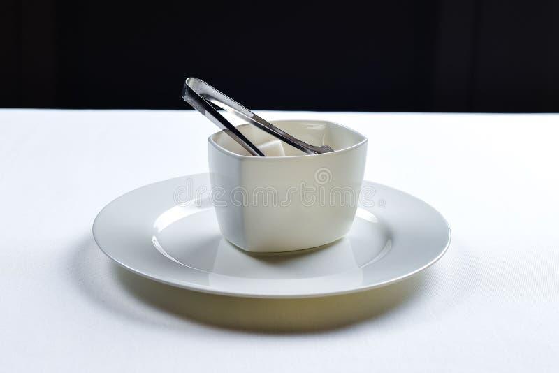 Άσπρη καθαρισμένη ζάχαρη σε ένα κεραμικό κύπελλο στοκ φωτογραφίες