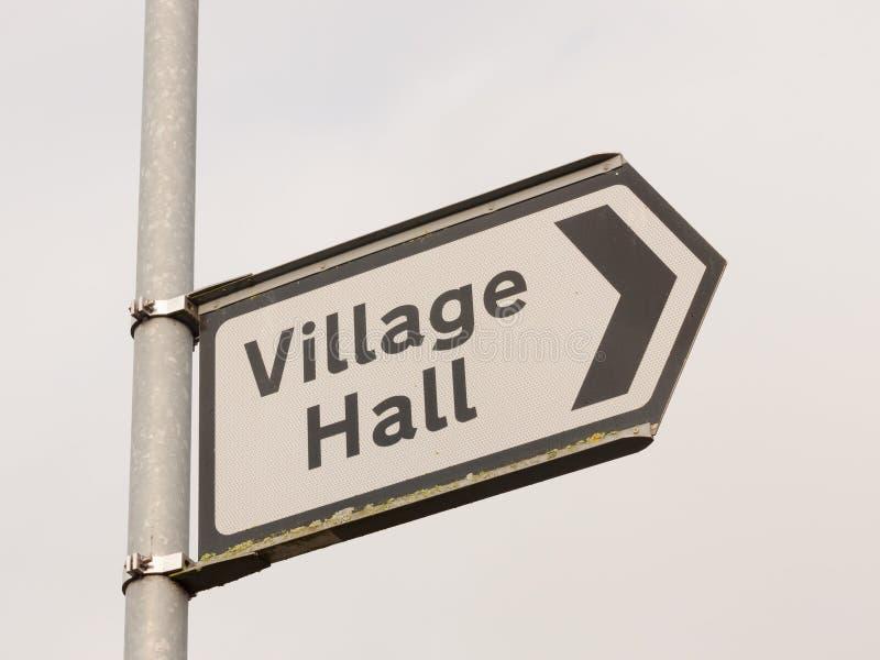 άσπρη και μαύρη του χωριού αιθουσών οδός κατεύθυνσης σημαδιών μετα στοκ εικόνα με δικαίωμα ελεύθερης χρήσης