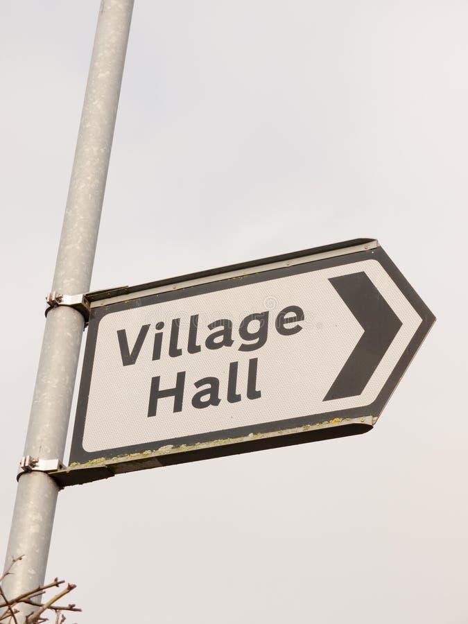 άσπρη και μαύρη του χωριού αιθουσών οδός κατεύθυνσης σημαδιών μετα στοκ εικόνα