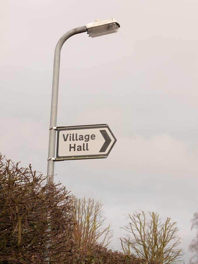 άσπρη και μαύρη του χωριού αιθουσών οδός κατεύθυνσης σημαδιών μετα στοκ εικόνες