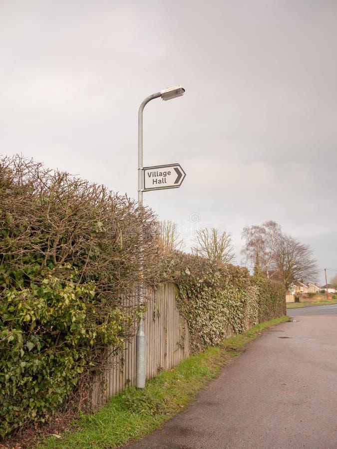 άσπρη και μαύρη του χωριού αιθουσών οδός κατεύθυνσης σημαδιών μετα στοκ φωτογραφίες