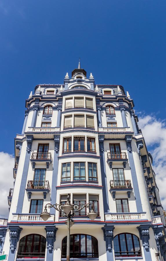 Άσπρη και μπλε πολυκατοικία στο κέντρο του Leon στοκ εικόνες με δικαίωμα ελεύθερης χρήσης