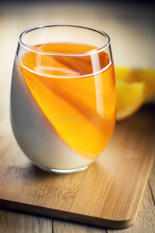 Άσπρη και πορτοκαλιά ζελατίνα φρούτων στοκ εικόνα με δικαίωμα ελεύθερης χρήσης