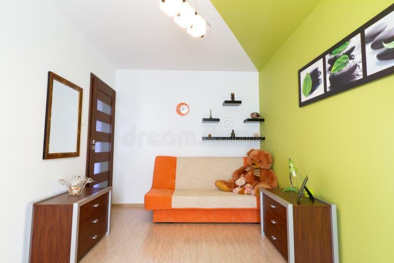 Άσπρη και πράσινη κρεβατοκάμαρα κατσικιών στοκ εικόνες