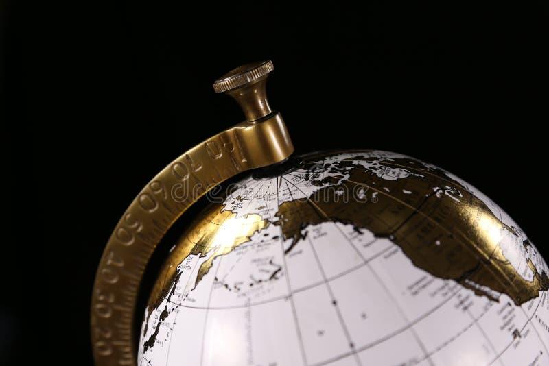 Άσπρη και χρυσή σφαίρα πολυτέλειας, που αντιπροσωπεύει το διεθνή ταξίδι ή την επιχείρηση στοκ φωτογραφίες