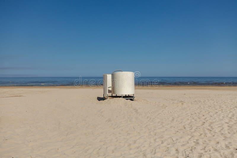 Άσπρη καμπίνα επιδέσμου στην παραλία στη θάλασσα της Βαλτικής στοκ φωτογραφία με δικαίωμα ελεύθερης χρήσης