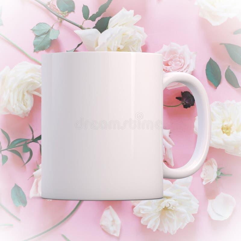 Άσπρη κενή κούπα καφέ έτοιμη για το σχέδιο/το απόσπασμα συνήθειάς σας στοκ εικόνες
