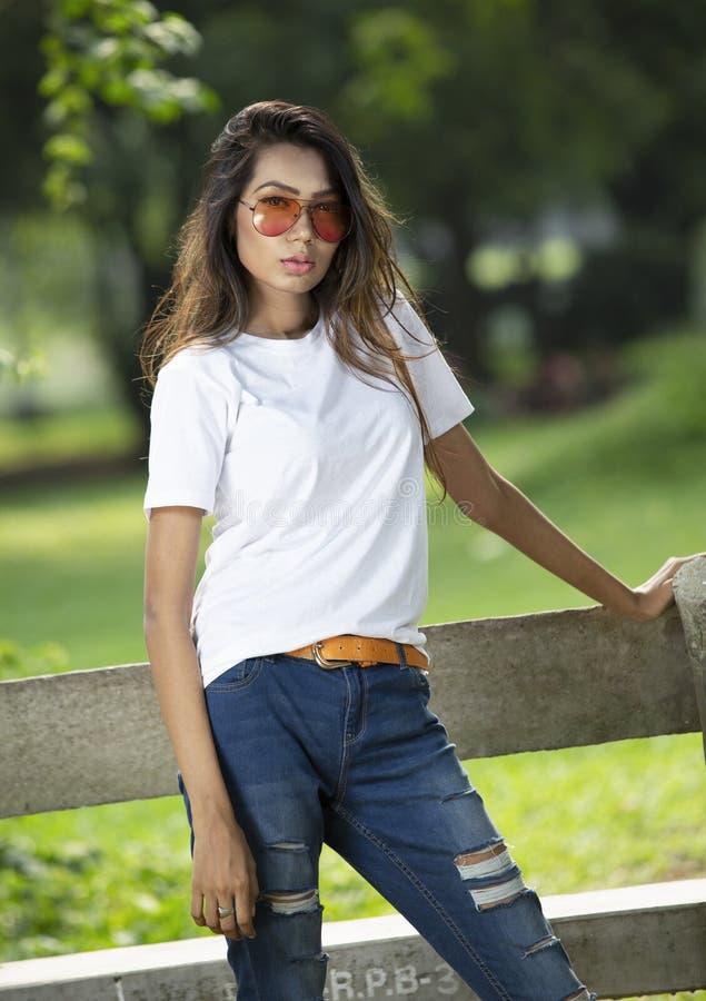 Άσπρη κενή μπλούζα με ένα μοντέρνο θηλυκό πρότυπο στοκ φωτογραφία