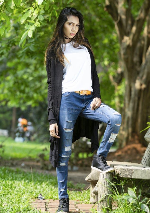 Άσπρη κενή μπλούζα με ένα μοντέρνο θηλυκό πρότυπο στοκ εικόνες με δικαίωμα ελεύθερης χρήσης