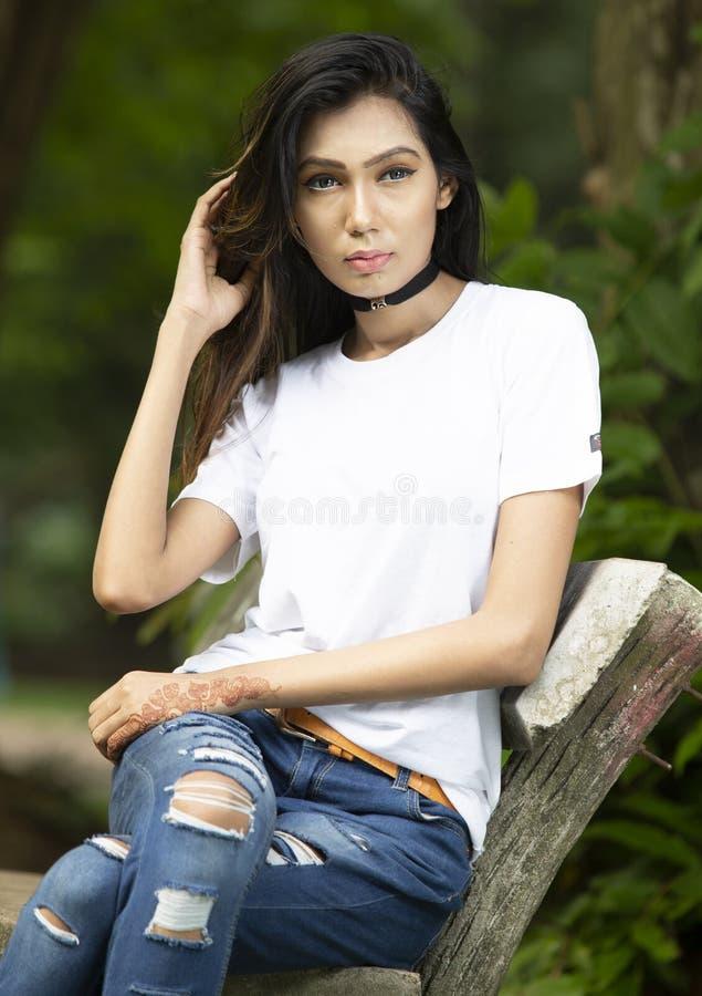 Άσπρη κενή μπλούζα με ένα μοντέρνο θηλυκό πρότυπο στοκ εικόνα με δικαίωμα ελεύθερης χρήσης