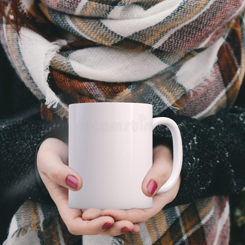 Άσπρη κενή χλεύη χειμερινού θέματος κουπών καφέ επάνω στοκ φωτογραφία με δικαίωμα ελεύθερης χρήσης