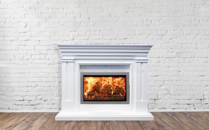Άσπρη κλασική εστία στο φωτεινό κενό εσωτερικό καθιστικών του σπιτιού στοκ φωτογραφία με δικαίωμα ελεύθερης χρήσης
