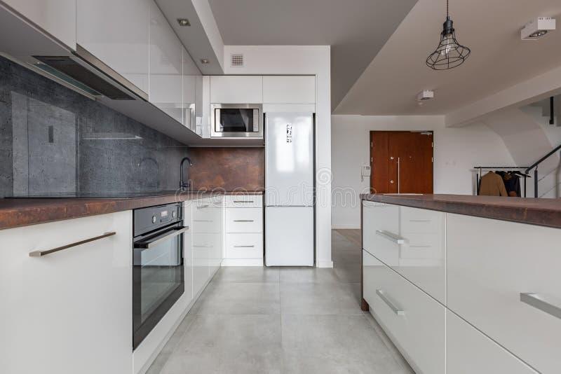 Άσπρη κουζίνα με το γρανίτη worktop στοκ φωτογραφία με δικαίωμα ελεύθερης χρήσης