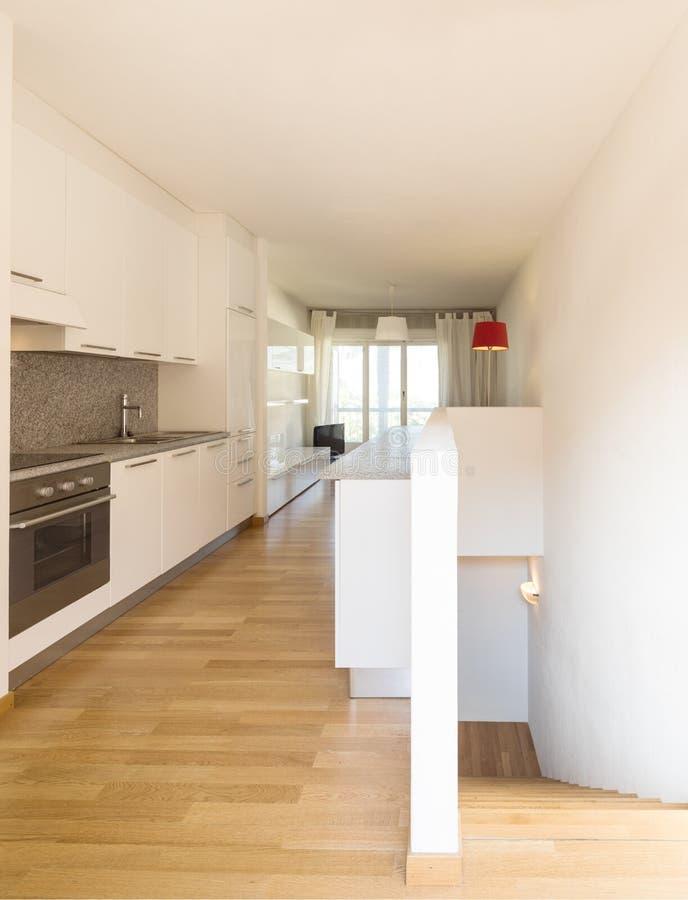 Άσπρη κουζίνα με το παρκέ σε ένα στούντιο στοκ φωτογραφία με δικαίωμα ελεύθερης χρήσης