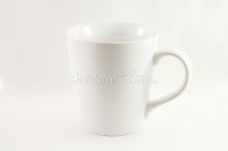 Άσπρη κούπα καφέ σε ένα άσπρο υπόβαθρο στοκ φωτογραφία με δικαίωμα ελεύθερης χρήσης