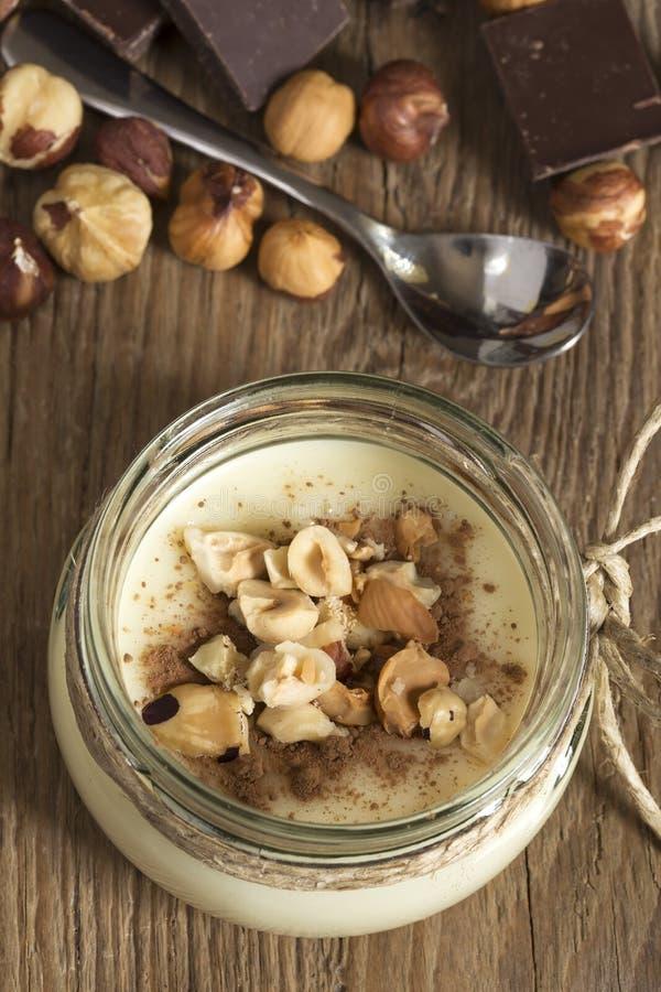 Άσπρη κρέμα σοκολάτας με τα φουντούκια στοκ φωτογραφία με δικαίωμα ελεύθερης χρήσης
