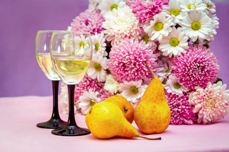 Άσπρη κρασί φρούτων ή σαμπάνια, ώριμα αχλάδια και λουλούδια στοκ εικόνα με δικαίωμα ελεύθερης χρήσης