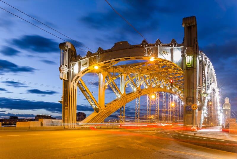 Άσπρη κυκλοφορία αυτοκινήτων νύχτας της διάσημης γέφυρας Αγίου Πετρούπολη που ονομάζεται μέσω μετά από το Μέγας Πέτρο στοκ φωτογραφία