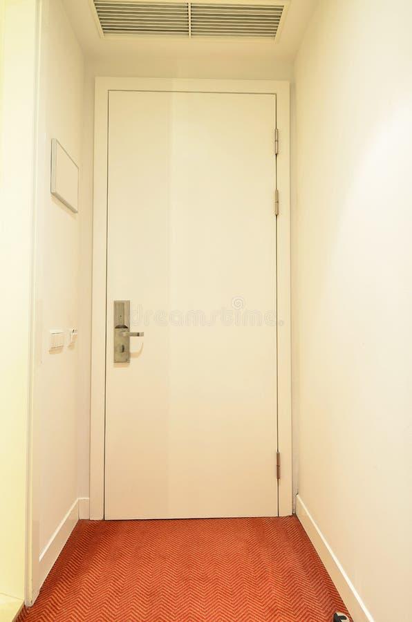 Άσπρη κλειστή μπροστινή πόρτα στοκ φωτογραφία με δικαίωμα ελεύθερης χρήσης