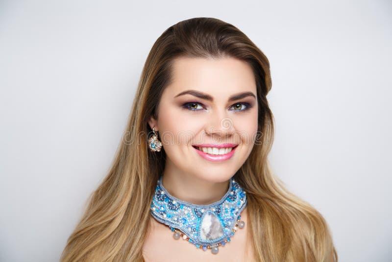Άσπρη λεύκανση δοντιών χαμόγελου γυναικών στοκ εικόνα