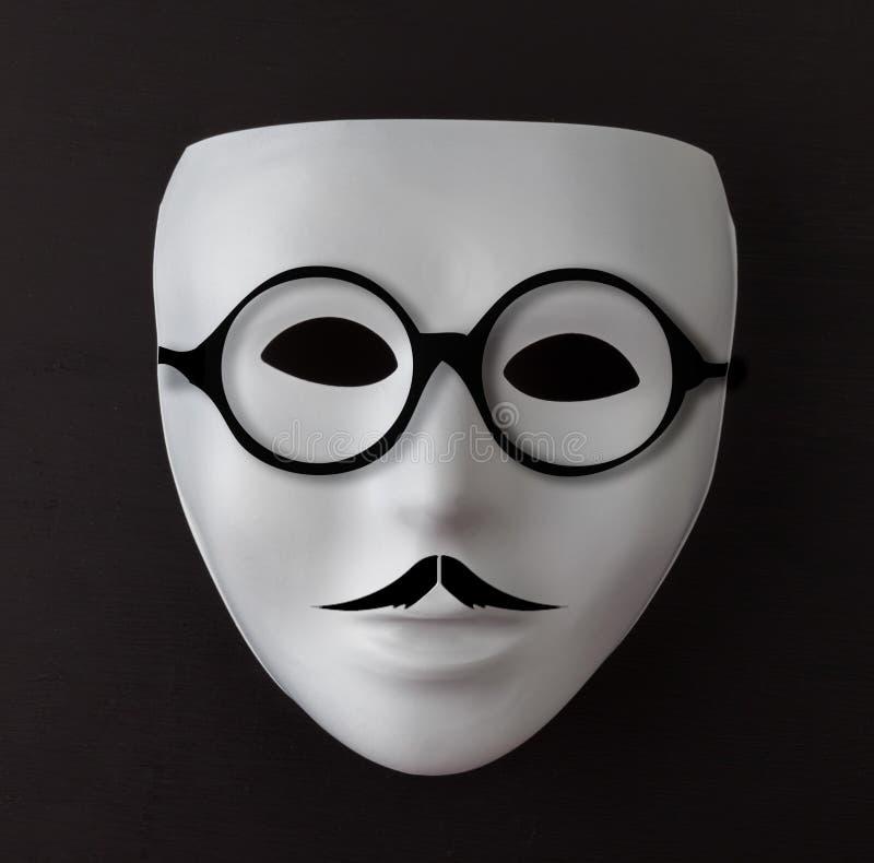 Άσπρη μάσκα στο Μαύρο με το mustache και τα γυαλιά στοκ φωτογραφίες με δικαίωμα ελεύθερης χρήσης