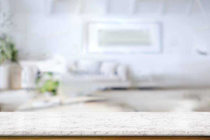 Άσπρη μαρμάρινη επιτραπέζια κορυφή πέρα από το καθιστικό στο σπίτι στοκ φωτογραφίες
