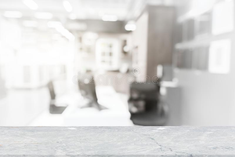 Άσπρη μαρμάρινη επιτραπέζια κορυφή στη καφετερία θαμπάδων στοκ εικόνες με δικαίωμα ελεύθερης χρήσης