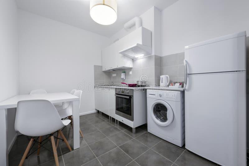Άσπρη, μικρή και συμπαγής κουζίνα στοκ φωτογραφία