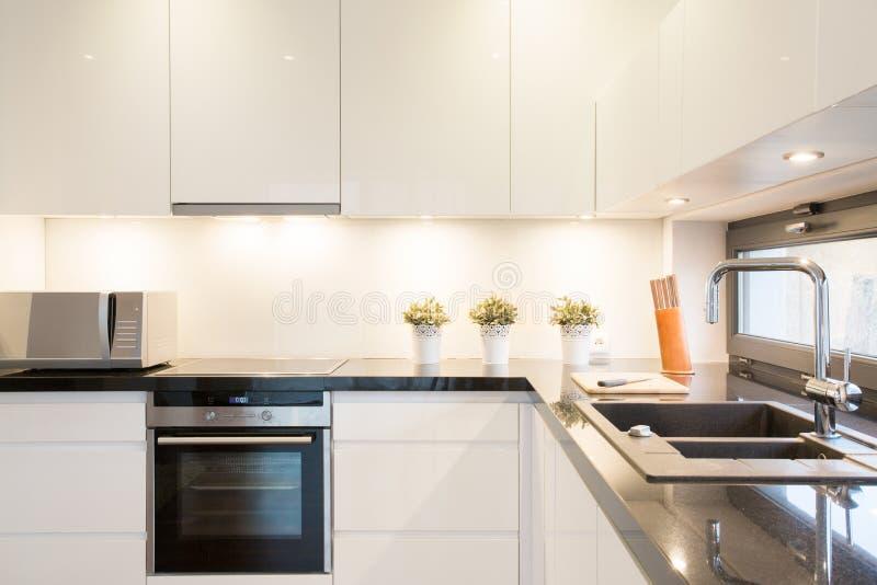Άσπρη μονάδα κουζινών στοκ εικόνα με δικαίωμα ελεύθερης χρήσης