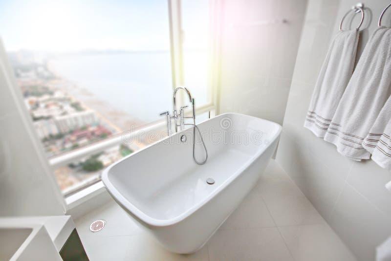 Άσπρη μπανιέρα στη σύγχρονη συγκυριαρχία στοκ φωτογραφία