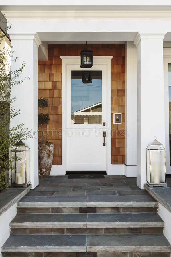Άσπρη μπροστινή πόρτα σε ένα σπίτι πολυτέλειας στοκ φωτογραφία με δικαίωμα ελεύθερης χρήσης