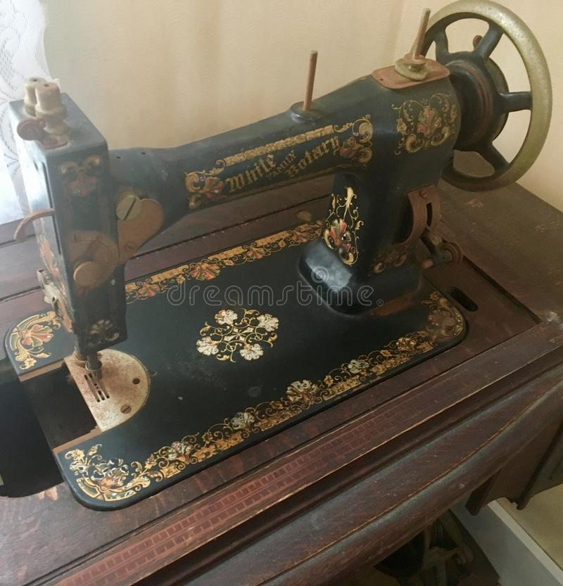 Άσπρη οικογενειακή περιστροφική ράβοντας μηχανή στοκ φωτογραφία με δικαίωμα ελεύθερης χρήσης