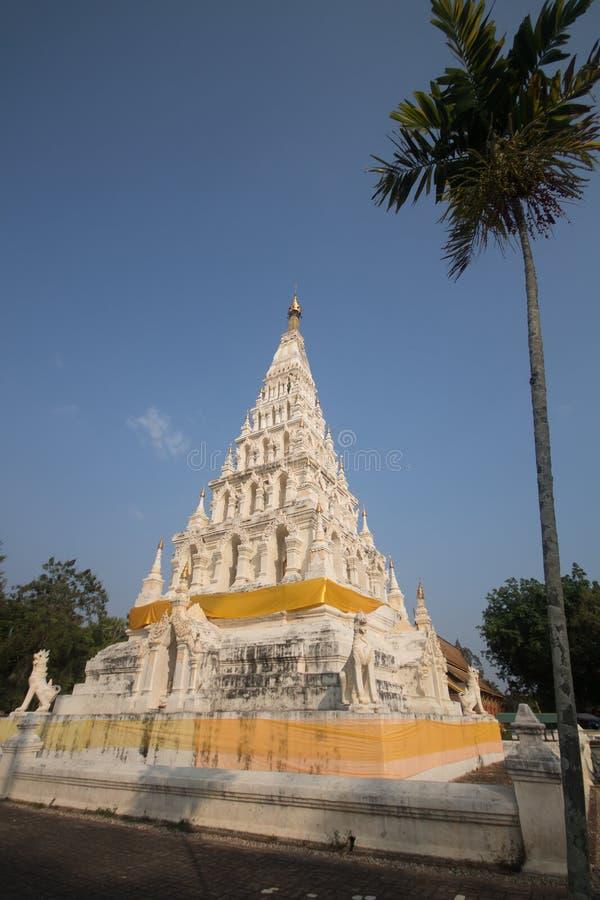 Άσπρη παγόδα τριγώνων σε Wat Chedi Liam στην ιστορική πόλη στοκ εικόνες